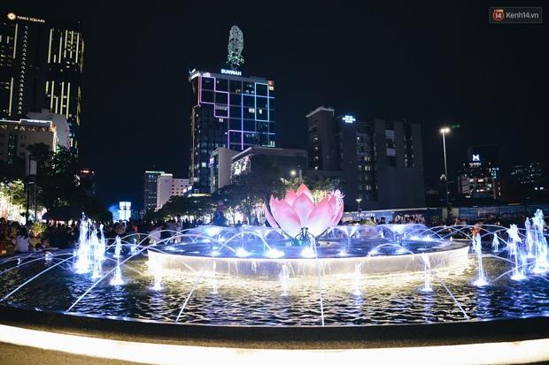 Đường phố Sài Gòn trang trí rực rỡ đầy sắc màu để đón chào thập kỷ mới năm 2020 - Ảnh 8.