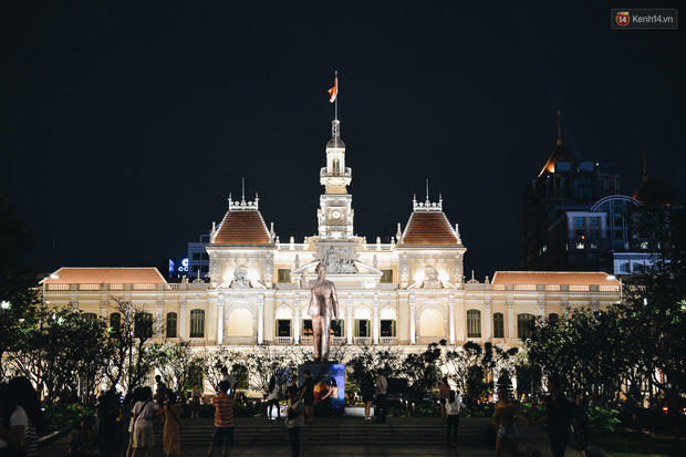 Đường phố Sài Gòn trang trí rực rỡ đầy sắc màu để đón chào thập kỷ mới năm 2020 - Ảnh 7.