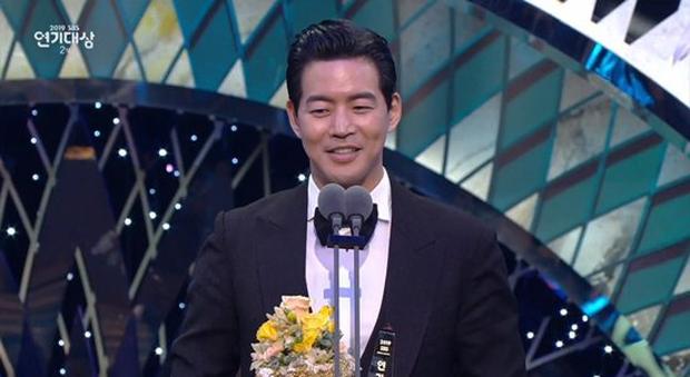 Jang Nara vừa khóc vừa cười ẵm giải bự, phim bạc tỉ Vagabond bất ngờ thua đậm tại SBS Drama Awards 2019 - Ảnh 6.