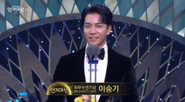 Jang Nara vừa khóc vừa cười ẵm giải bự, phim bạc tỉ Vagabond bất ngờ thua đậm tại SBS Drama Awards 2019 - Ảnh 13.
