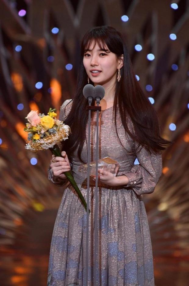 Suzy chun mũi cực yêu bên Lee Seung Gi khi thắng cặp đôi đẹp nhất: Xem SBS Drama Awards 2019 chỉ đợi mỗi giải này luôn á! - Ảnh 2.