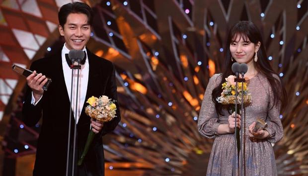Suzy chun mũi cực yêu bên Lee Seung Gi khi thắng cặp đôi đẹp nhất: Xem SBS Drama Awards 2019 chỉ đợi mỗi giải này luôn á! - Ảnh 3.