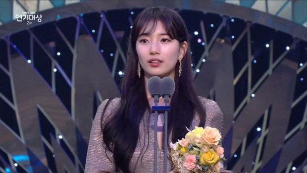 Suzy chun mũi cực yêu bên Lee Seung Gi khi thắng cặp đôi đẹp nhất: Xem SBS Drama Awards 2019 chỉ đợi mỗi giải này luôn á! - Ảnh 5.