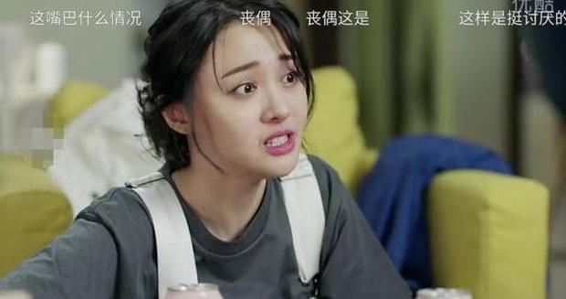 6 màn diễn xuất thảm họa của showbiz Hoa Ngữ 2019: Ngô Cẩn Ngôn khóc như đau đẻ, nụ hôn đồ ăn gây sốc vì mất vệ sinh - Ảnh 7.