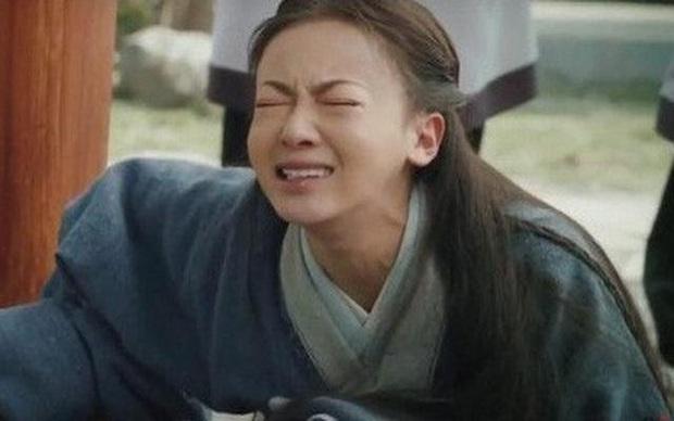 6 màn diễn xuất thảm họa của showbiz Hoa Ngữ 2019: Ngô Cẩn Ngôn khóc như đau đẻ, nụ hôn đồ ăn gây sốc vì mất vệ sinh - Ảnh 11.