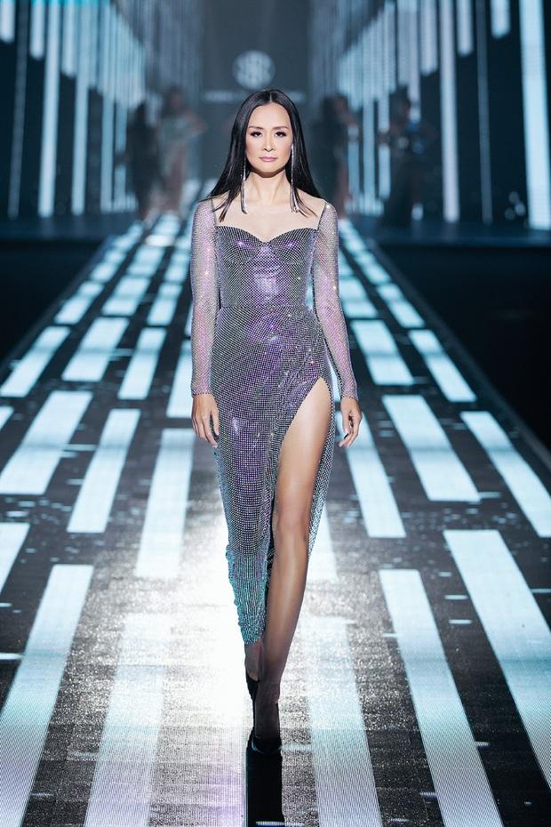 Hội siêu mẫu Việt nhiều thế hệ cùng quy tụ, chặt chém nhau trên sàn catwalk chói lóa của Chung Thanh Phong - Ảnh 3.
