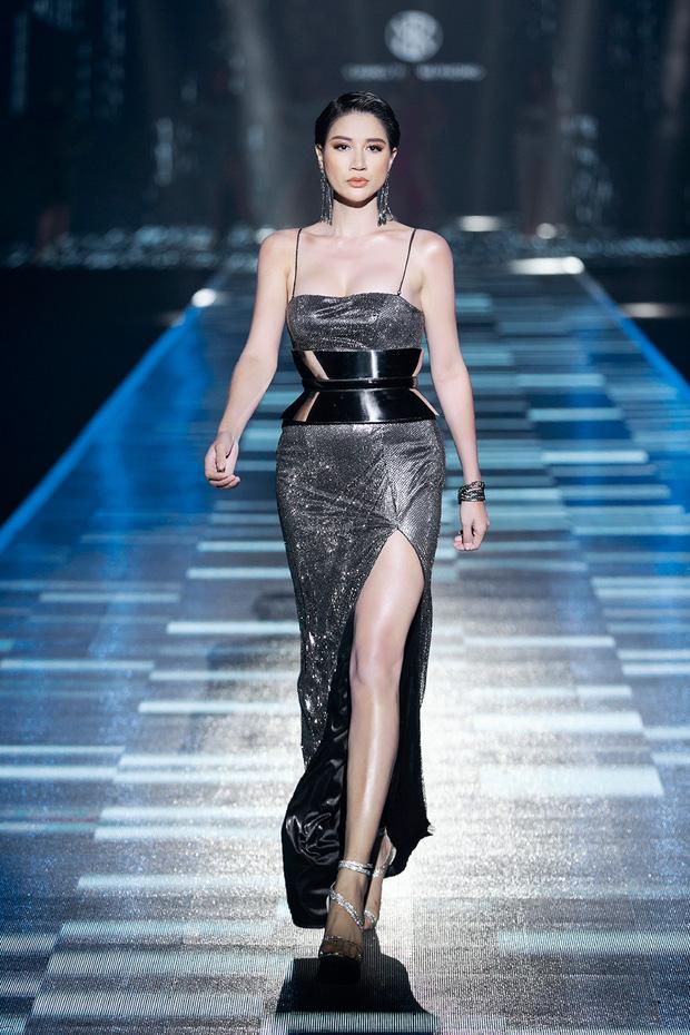 Hội siêu mẫu Việt nhiều thế hệ cùng quy tụ, chặt chém nhau trên sàn catwalk chói lóa của Chung Thanh Phong - Ảnh 5.