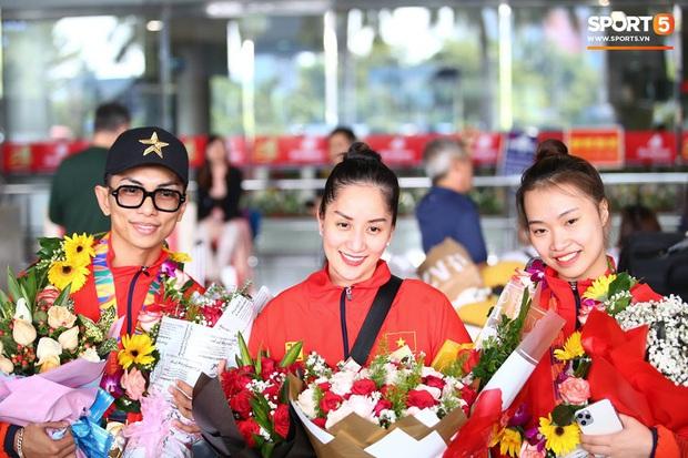 Sau khoảnh khắc hạnh phúc ôm lấy nhau khóc nức nở tại Philippines, vợ chồng Phan Hiển - Khánh Thi đã trở về Việt Nam, ân cần yêu thương cô con gái xinh xắn - Ảnh 1.