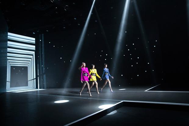 Hội siêu mẫu Việt nhiều thế hệ cùng quy tụ, chặt chém nhau trên sàn catwalk chói lóa của Chung Thanh Phong - Ảnh 9.
