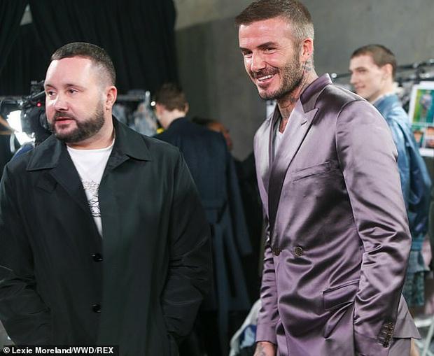 Giữa lúc thương hiệu của vợ làm ăn khó khăn, David Beckham chiếm trọn spotlight với bộ suit bóng bẩy chất chơi như trai tân - Ảnh 5.