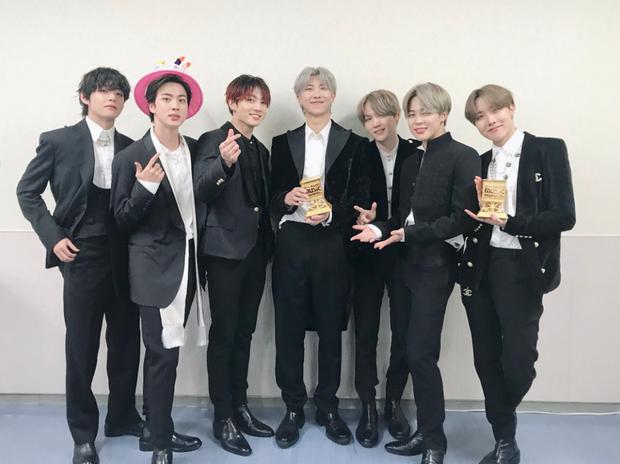 MAMA 2019: BTS tiếp tục ẵm trọn 4 Daesang; giải tân binh không gây tranh cãi; EXO, BLACKPINK, X1 không đi vẫn có cúp mang về - Ảnh 1.