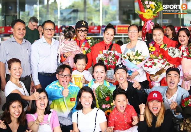 Sau khoảnh khắc hạnh phúc ôm lấy nhau khóc nức nở tại Philippines, vợ chồng Phan Hiển - Khánh Thi đã trở về Việt Nam, ân cần yêu thương cô con gái xinh xắn - Ảnh 5.
