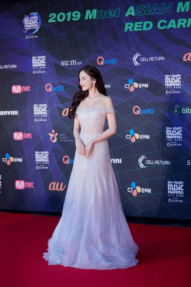 Nữ thần Cbiz hot nhất từ Hàn sang Trung hôm nay: Cổ Lực Na Trát khoe body nóng bỏng ở MAMA, ảnh hậu trường gây choáng - Ảnh 2.