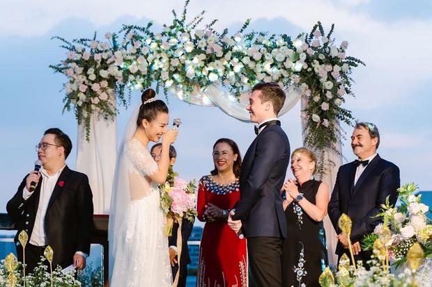 MC Hoàng Oanh lần đầu chia sẻ cảm xúc sau đám cưới ngôn tình, hạnh phúc khi được bố mẹ chồng tiết lộ về tình yêu của ông xã ngoại quốc - Ảnh 2.