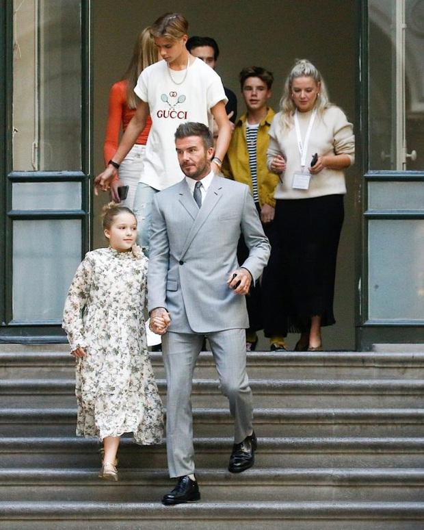 Giữa lúc thương hiệu của vợ làm ăn khó khăn, David Beckham chiếm trọn spotlight với bộ suit bóng bẩy chất chơi như trai tân - Ảnh 8.