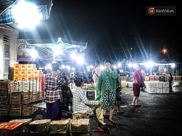 Phận đời những nữ cửu vạn bán sức trong đêm tại chợ Đông Ba: Không giành nhau từng bao hàng thì con cái chúng tôi lấy gì ăn? - Ảnh 1.