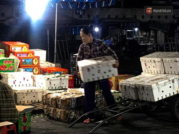 Phận đời những nữ cửu vạn bán sức trong đêm tại chợ Đông Ba: Không giành nhau từng bao hàng thì con cái chúng tôi lấy gì ăn? - Ảnh 2.