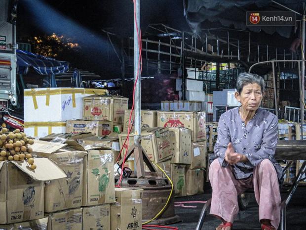 Phận đời những nữ cửu vạn bán sức trong đêm tại chợ Đông Ba: Không giành nhau từng bao hàng thì con cái chúng tôi lấy gì ăn? - Ảnh 3.