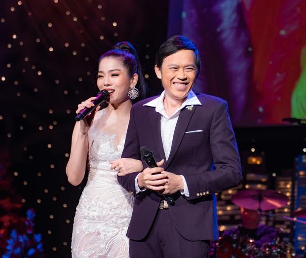 Cảnh tượng hiếm: Nghệ sĩ Hoài Linh mặc vest chỉn chu, song ca cực ngọt với Lệ Quyên tại Mỹ trong Q Show 2 - Ảnh 4.