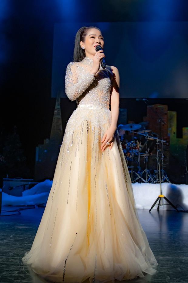 Cảnh tượng hiếm: Nghệ sĩ Hoài Linh mặc vest chỉn chu, song ca cực ngọt với Lệ Quyên tại Mỹ trong Q Show 2 - Ảnh 1.
