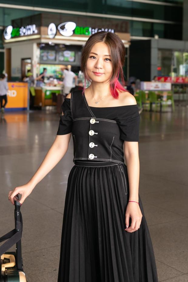 Diva Hongkong Fiona Fung tươi rói, YOUNG JAE thoáng mệt mỏi, cùng dàn nghệ sĩ châu Á đổ bộ sân bay Tân Sơn Nhất - Ảnh 1.