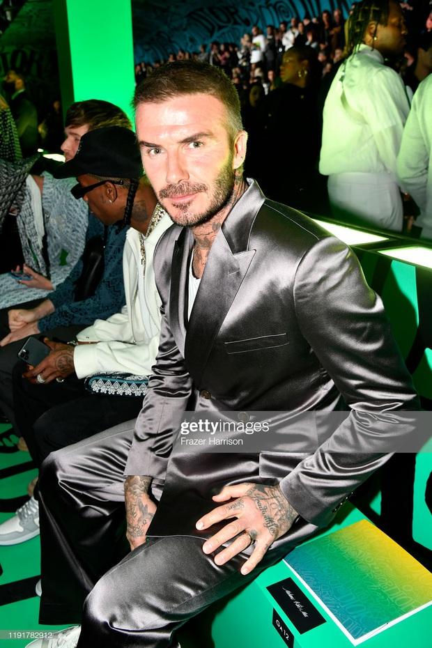 Giữa lúc thương hiệu của vợ làm ăn khó khăn, David Beckham chiếm trọn spotlight với bộ suit bóng bẩy chất chơi như trai tân - Ảnh 2.