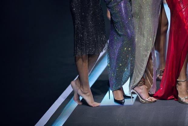 Làng mẫu cần lắm những chân dài tâm huyết như Thúy Hạnh: giày gãy đôi, chân chảy máu vẫn bình tĩnh diễn tiếp  - Ảnh 5.