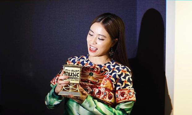MAMA 2019: Hoàng Thuỳ Linh là Nghệ sĩ xuất sắc nhất Việt Nam, Jack & K-ICM bắn tiếng Anh như gió khi lần đầu nhận giải thưởng quốc tế - Ảnh 1.