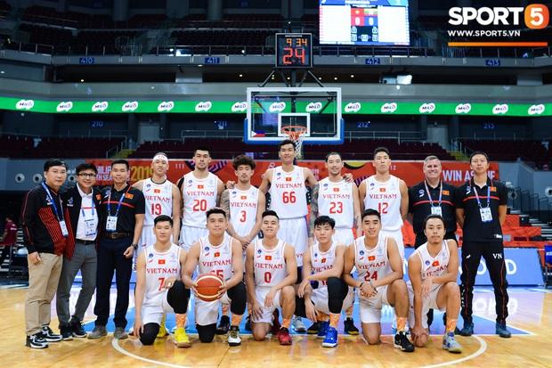 Bóng rổ SEA Games: Lê Hiếu Thành nổi bật với mái tóc hồng cá tính trong ngày đội tuyển bóng rổ Việt Nam huỷ diệt tuyển Myanmar - Ảnh 7.