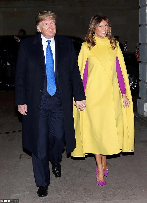 Sau khi bị chồng bỏ quên phía sau, Đệ nhất phu nhân Mỹ có khoảnh khắc thân thiết với Tổng thống Pháp gây sốt truyền thông - Ảnh 1.