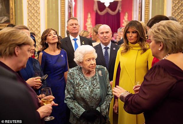 Sau khi bị chồng bỏ quên phía sau, Đệ nhất phu nhân Mỹ có khoảnh khắc thân thiết với Tổng thống Pháp gây sốt truyền thông - Ảnh 2.