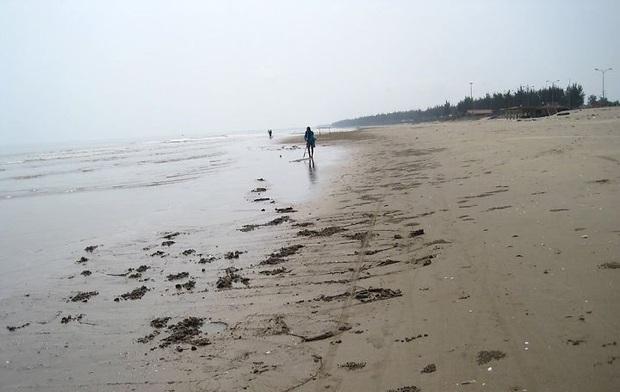 Phát hiện thi thể người đàn ông trôi dạt bờ biển trong thời tiết rét lạnh - Ảnh 1.