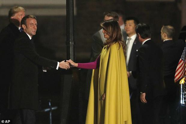 Sau khi bị chồng bỏ quên phía sau, Đệ nhất phu nhân Mỹ có khoảnh khắc thân thiết với Tổng thống Pháp gây sốt truyền thông - Ảnh 3.