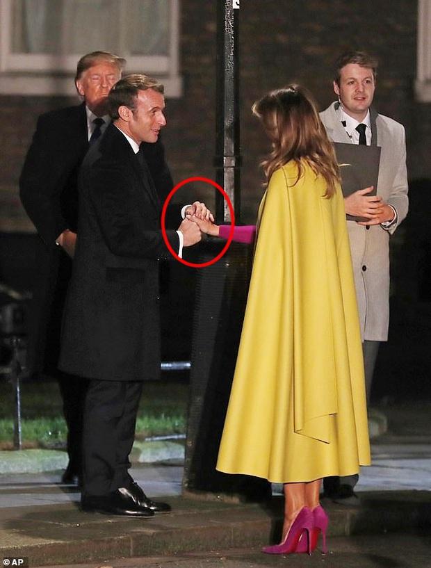 Sau khi bị chồng bỏ quên phía sau, Đệ nhất phu nhân Mỹ có khoảnh khắc thân thiết với Tổng thống Pháp gây sốt truyền thông - Ảnh 4.