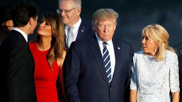 Sau khi bị chồng bỏ quên phía sau, Đệ nhất phu nhân Mỹ có khoảnh khắc thân thiết với Tổng thống Pháp gây sốt truyền thông - Ảnh 5.