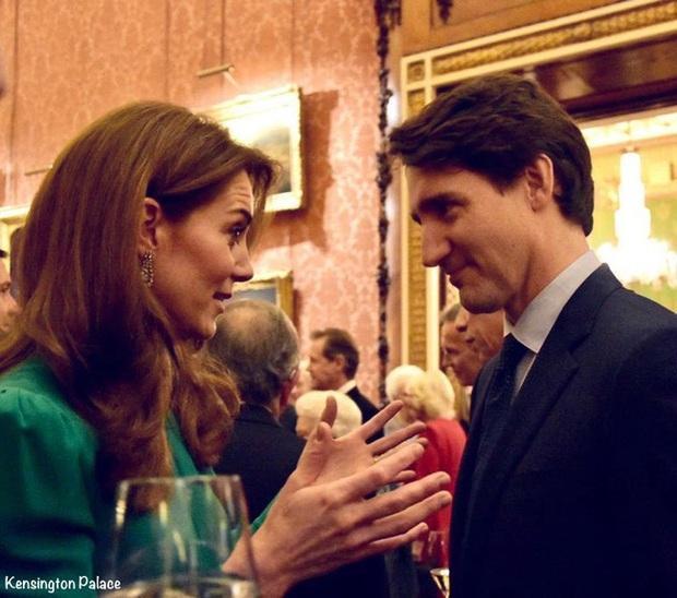 """Diện váy 30 triệu đồng, Công nương Kate """"cân"""" cả Hoàng gia Anh, đọ sắc với Đệ nhất phu nhân Mỹ - Ảnh 7."""