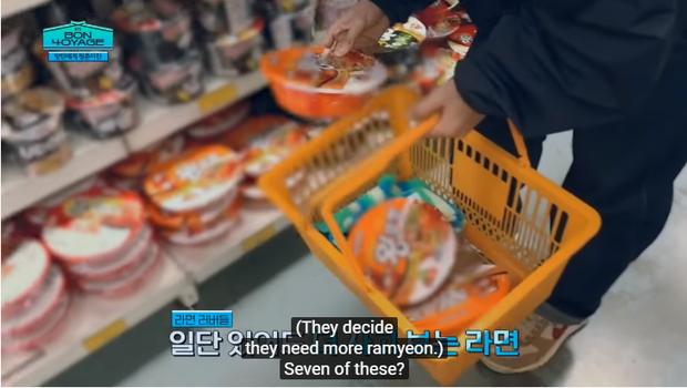 Du hí tận New Zealand nhưng BTS lại rủ nhau vào siêu thị mua toàn kimchi và mì Hàn Quốc - Ảnh 1.