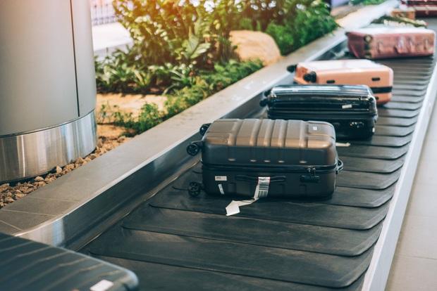Có một lỗi đơn giản khiến cho hành lý ký gửi dễ bị thất lạc, chỉ cần 3 giây để xử lý nhưng hầu như du khách nào cũng quên! - Ảnh 2.