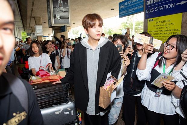 Diva Hongkong Fiona Fung tươi rói, YOUNG JAE thoáng mệt mỏi, cùng dàn nghệ sĩ châu Á đổ bộ sân bay Tân Sơn Nhất - Ảnh 5.