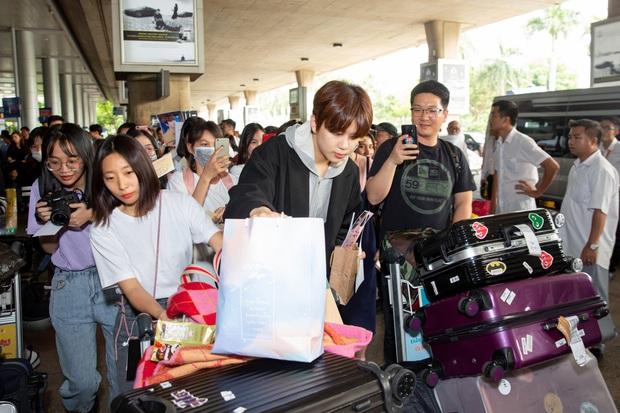 Diva Hongkong Fiona Fung tươi rói, YOUNG JAE thoáng mệt mỏi, cùng dàn nghệ sĩ châu Á đổ bộ sân bay Tân Sơn Nhất - Ảnh 4.