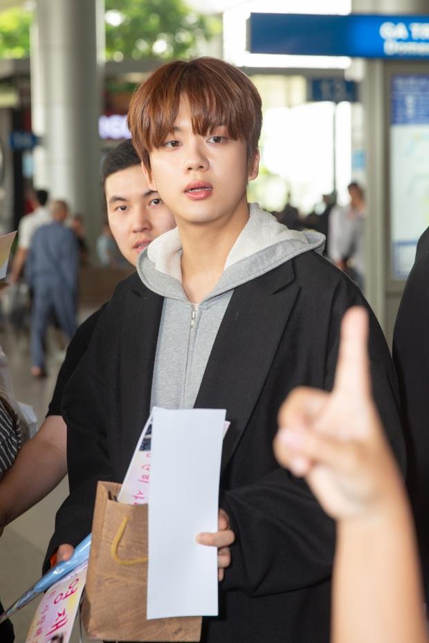 Diva Hongkong Fiona Fung tươi rói, YOUNG JAE thoáng mệt mỏi, cùng dàn nghệ sĩ châu Á đổ bộ sân bay Tân Sơn Nhất - Ảnh 3.