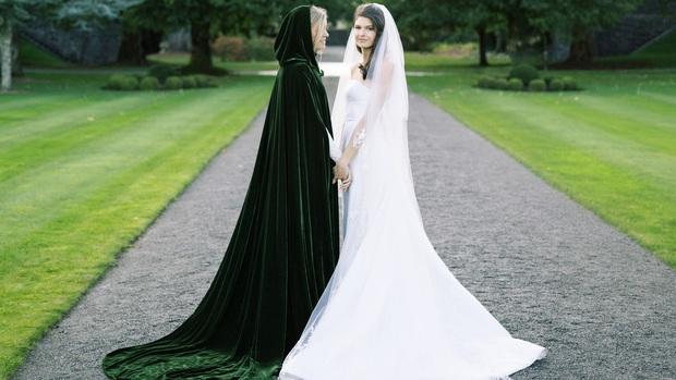 Chuyện tình bách hợp đẹp tựa cổ tích của nữ CDO Ralph Lauren: Gặp gỡ nhau qua một app hẹn hò, kết thúc bằng đám cưới trong một tòa lâu đài - Ảnh 1.