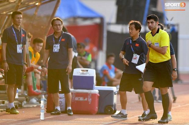 Trợ lý HLV Park Hang-seo bất ngờ phải nhận thẻ vàng trong trận U22 Việt Nam gặp U22 Thái Lan - Ảnh 6.