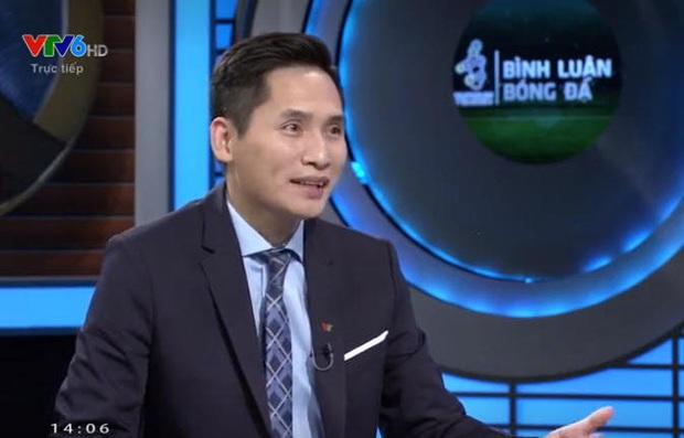 Sau màn gọi cho Văn Lâm để troll Tiến Dũng, BTV Quốc Khánh đã trở lại dẫn dắt buổi bình luận trước trận Việt Nam - Thái Lan - Ảnh 1.