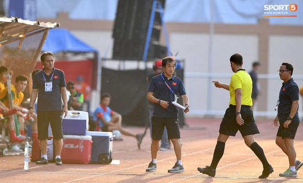 Trợ lý HLV Park Hang-seo bất ngờ phải nhận thẻ vàng trong trận U22 Việt Nam gặp U22 Thái Lan - Ảnh 1.