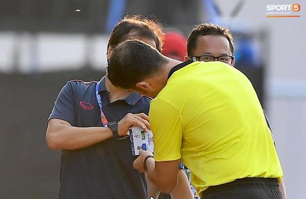 Trợ lý HLV Park Hang-seo bất ngờ phải nhận thẻ vàng trong trận U22 Việt Nam gặp U22 Thái Lan - Ảnh 3.