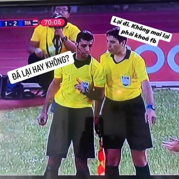 Cười lăn với loạt ảnh chế khi Việt Nam loại Thái Lan: Trọng tài đẹp trai chiếm spotlight, gây cười nhất là list thủ môn làm tăng độ khó cho game - Ảnh 1.