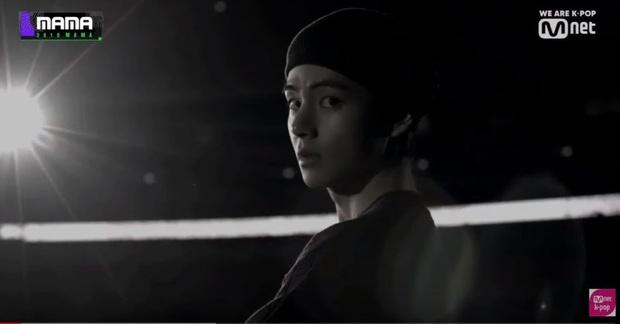 """Bạn có biết: BTS cài đến 18 ẩn ý """"rợn người"""" trên sân khấu MAMA 2019, vừa tri ân quá khứ lại """"thả thính"""" về comeback? - Ảnh 11."""