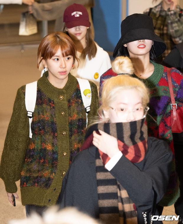 Quân đoàn sao Hàn rũ rượi đổ bộ sân bay hậu MAMA: Jin (BTS) khoe chân dài miên man, TWICE và ITZY xuề xòa đáng thất vọng - Ảnh 8.