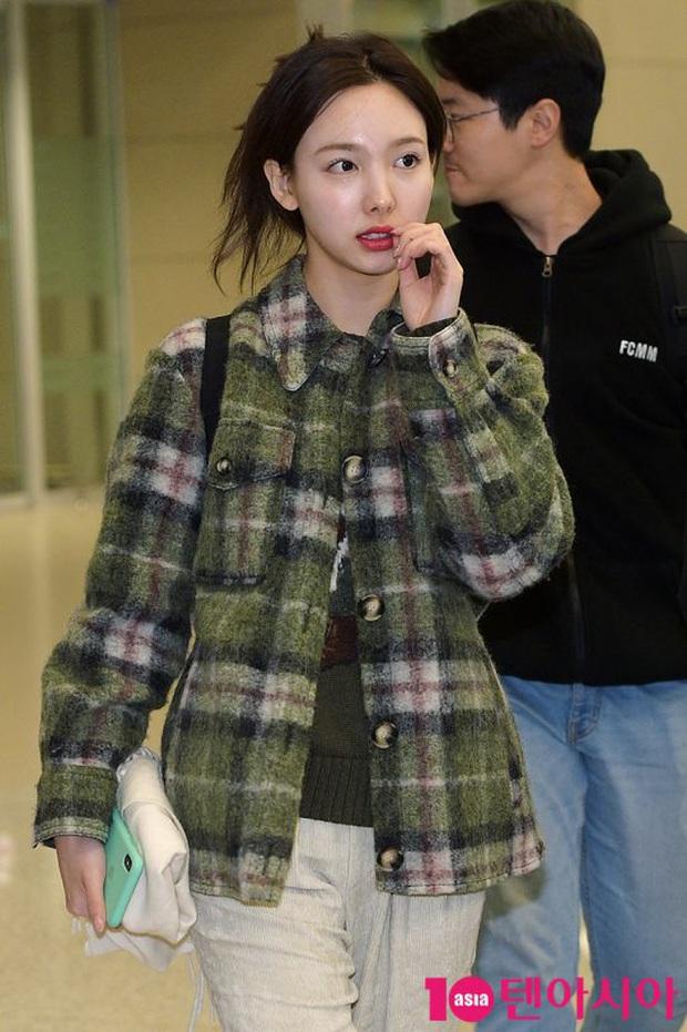 Quân đoàn sao Hàn rũ rượi đổ bộ sân bay hậu MAMA: Jin (BTS) khoe chân dài miên man, TWICE và ITZY xuề xòa đáng thất vọng - Ảnh 9.